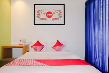 OYO 667 Demilo Inn Malang - Deluxe Double Room Regular Plan