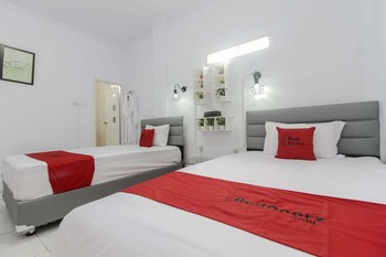RedDoorz Plus near Budi Luhur University Jakarta Tangerang - RedDoorz Family Room 24 Hours Deal