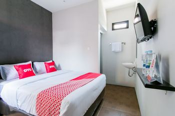 OYO 1898 Louise Place Cianjur - Standard Double Room Regular Plan