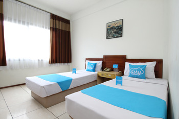 Airy Dago Sabuga Juanda 169 Bandung - Standard Twin Room with Breakfast Special Promo Mar 5