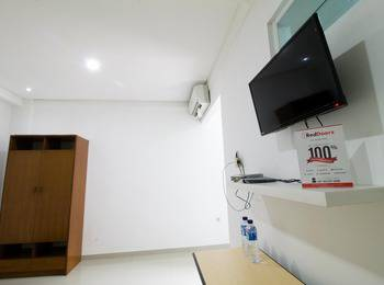 RedDoorz @Pulomas Jakarta - Reddoorz Room Special Promo Gajian