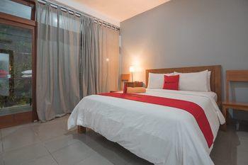 RedDoorz @ Rumah Kiboku Bandung - RedDoorz Deluxe Room Basic Deal