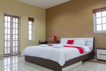 RedDoorz @ Malabar Street Bandung - Deluxe Room with Breakfast 24 Hours Deal