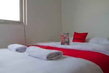 RedDoorz @ Malabar Street Bandung - RedDoorz Room with Breakfast 24 Hours Deal