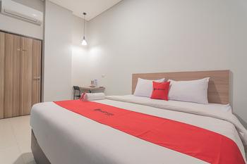 RedDoorz @ Malabar Street Bandung - Deluxe Room 24 Hours Deal