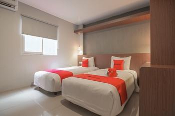 RedDoorz Plus @ Dago Pojok 3 Bandung - RedDoorz Deluxe Twin Room 24 Hours Deal