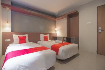 RedDoorz Plus @ Dago Pojok 3 Bandung - RedDoorz Deluxe Twin with Breakfast Regular Plan
