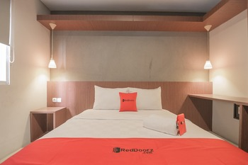 RedDoorz Plus @ Dago Pojok 3 Bandung - RedDoorz Deluxe Room with Breakfast Regular Plan