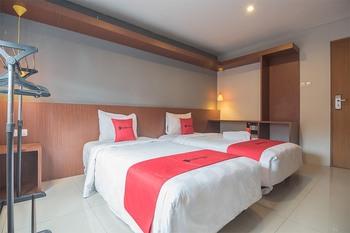 RedDoorz Plus @ Dago Pojok 3 Bandung - RedDoorz Twin Room with Breakfast Regular Plan