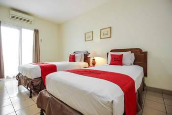 RedDoorz Plus near GBK Senayan Jakarta - Twin Room Regular Plan