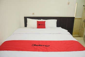 RedDoorz near GOR Satria Purwokerto Banyumas - RedDoorz Deluxe Room with Breakfast Regular Plan