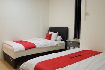 RedDoorz near GOR Satria Purwokerto Banyumas - RedDoorz Family Room Regular Plan