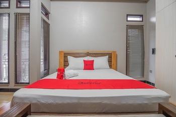 RedDoorz Syariah near Politeknik Negeri Bandung 3  Bandung - RedDoorz Room with Breakfast Regular Plan