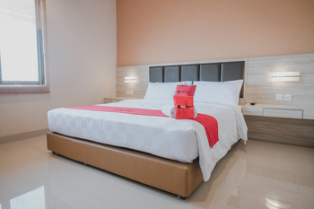 RedDoorz Plus near Ferry Terminal Batam Center Batam - RedDoorz Room with Breakfast Basic Deal