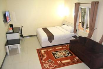 Dia2 Guest House Malang - Deluxe Double Room Regular Plan