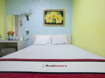 RedDoorz near Plaza Ambarukmo Yogyakarta - Deluxe Room Regular Plan