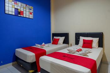 RedDoorz @ Double Tree Guest House Banyumas - RedDoorz Twin Room Best Deal