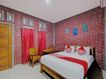 OYO 90354 Ndalem Sabine Syariah Jogja - Deluxe Double Room Early Bird Deal