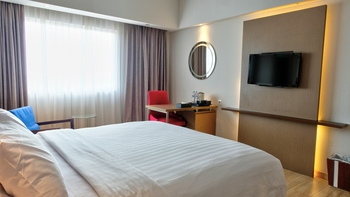 CLARO Makassar Makassar - Deluxe King Room Only Regular Plan
