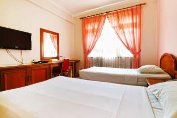 Armyn Luxury Guest House Malang - Deluxe Minimum Stay - 42%