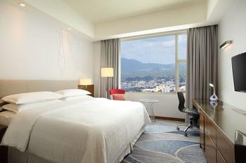 Four Points by Sheraton Manado - Deluxe Room, 1 King Bed, City View Regular Plan