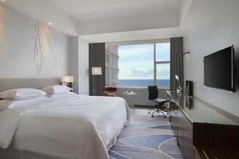Four Points by Sheraton Manado - Deluxe Room, 1 King Bed, Sea View Regular Plan