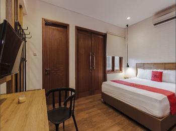 RedDoorz Plus @ CBD Bintaro Tangerang Selatan - Deluxe Room Regular Plan