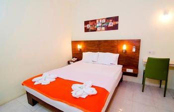 RedDoorz near Ubaya Ngagel Surabaya - RedDoorz Room Special Promo Gajian