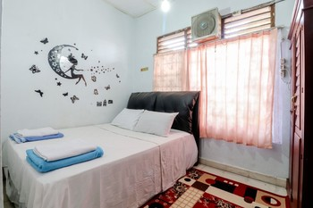 Adil Jaya Homestay Yogyakarta - Deluxe Private Bathroom with Fan Room Only NR Last Minute 3D - 44%