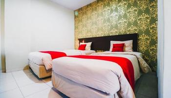 RedDoorz Plus near Mall Panakkukang 2 Makassar - RedDoorz Deluxe Twin Room With Breakfast Kurma Deal