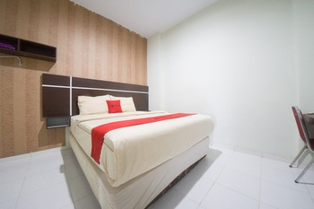 RedDoorz Plus near Mall Panakkukang 2 Makassar - RedDoorz Deluxe Room with Breakfast Kurma Deal