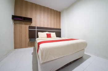 RedDoorz Plus near Mall Panakkukang 2 Makassar - RedDoorz Deluxe Room Basic Deals