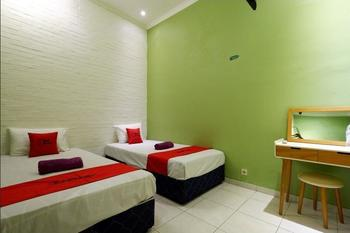 RedDoorz near Universitas Diponegoro 2 Semarang - RedDoorz Twin Room 24 Hours Deal