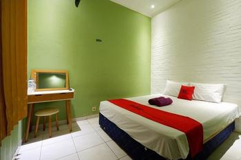 RedDoorz near Universitas Diponegoro 2 Semarang - RedDoorz Room 24 Hours Deal