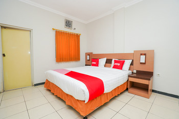 OYO 2075 Graha Marina Surabaya - Deluxe Double Room Regular Plan