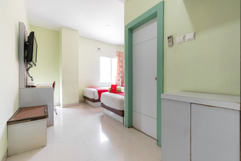 RedDoorz Plus @ Hertasning Area Makassar - RedDoorz Twin Room Regular Plan