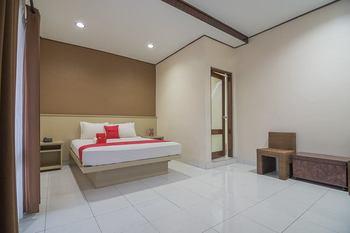 RedDoorz Plus near Museum Geologi Bandung Bandung - RedDoorz Deluxe Room 24 Hours Deal