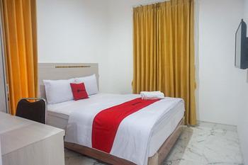 RedDoorz near Araya Family Club House Malang - RedDoorz Room KETUPAT