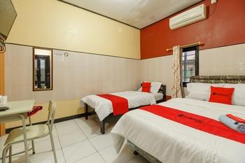 RedDoorz Syariah near Ciledug Station Cirebon - RedDoorz Family Room 24 Hours Deal
