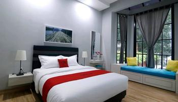 RedDoorz Premium near RS Pondok Indah La Maison Jakarta - Premium Room with Breakfast Basic Deal