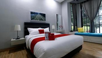 RedDoorz Premium near RS Pondok Indah Jakarta - Suite Room Basic Deal
