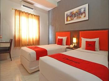 RedDoorz Plus near Keraton Solo Solo - Deluxe Twin Room BASIC DEAL