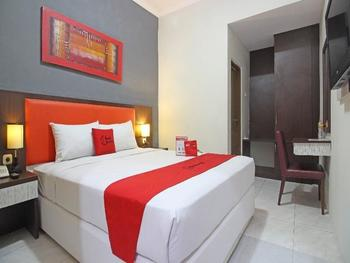 RedDoorz Plus near Keraton Solo Solo - Deluxe Room BASIC DEAL