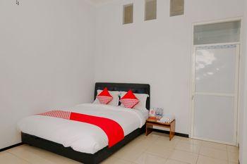 OYO 1362 Ciliwung Family Residence Malang - Deluxe Double Room Regular Plan