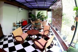 Santo Guest House Surabaya - Teras