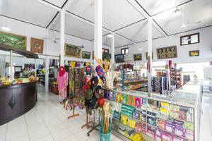RedDoorz @Raya Sempidi Bali - Souvenir Shop