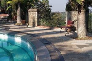 Villa Damos Bandung - Tepi kolam