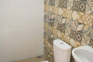 Rumah Betawi Kalipasir Jakarta - Shower, toilet, bidet, washtafel.