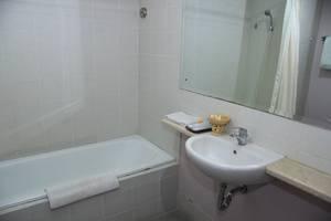 Grand Santhi Hotel Denpasar - Bathroom