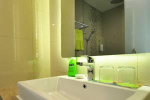 MaxOneHotels at Kramat Jakarta - Bathroom